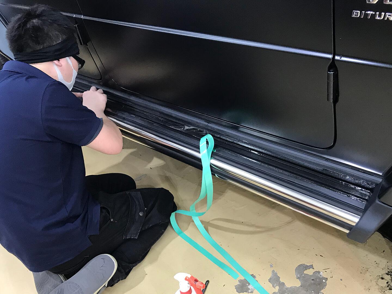 メルセデス AMG G63 エディション マットブラックにプロテクションフィルムを施工しているところ