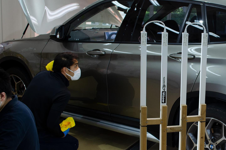BMW X1にコーティングしているところ
