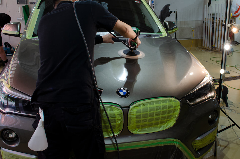 BMW X1を磨いているところ
