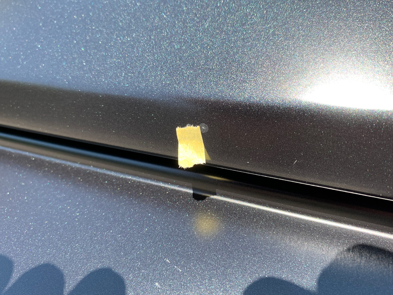 飛び石のダメージが残るメルセデス AMG G63 マットブラックのボンネット
