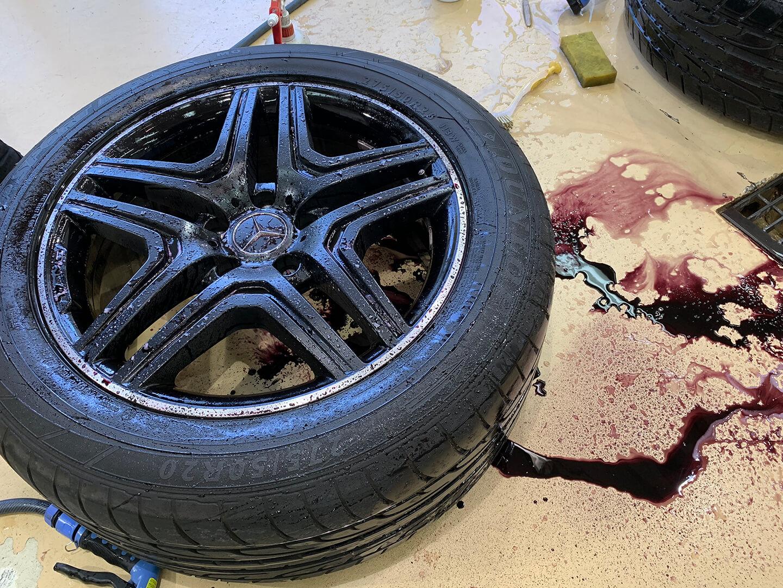 メルセデス AMG G63 マットブラックのホイールをクリーニングしているところ