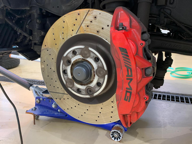 コーティングを施工する前のメルセデス AMG G63 マットブラックのブレーキキャリパー