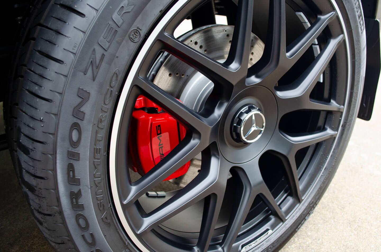 コーティングを施工したメルセデス AMG G63 のホイールとブレーキキャリパー