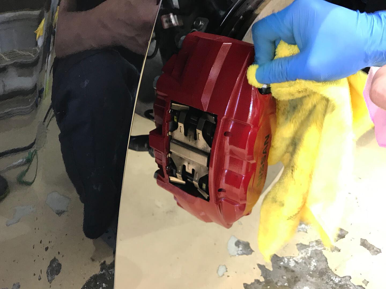 フェアレディZ Z34のブレーキキャリパーをクリーニングしているところ