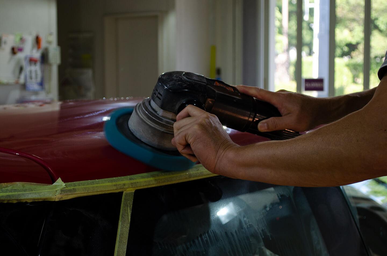 ミニ ジョン・クーパー・ワークス(F56)のルーフを磨いているところ