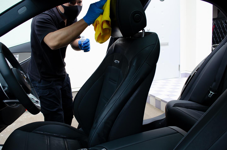 メルセデス AMG E53のレザーシートにコーティングを施工しているところ
