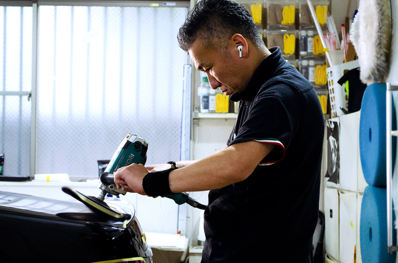 メルセデス AMG E53にコーティングの研磨を施工しているところ