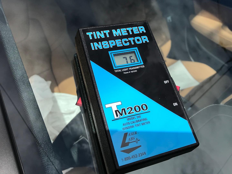 LFTフィルム DB-C92を施工したVOLVO V90の可視光線透過率を計測しているところ