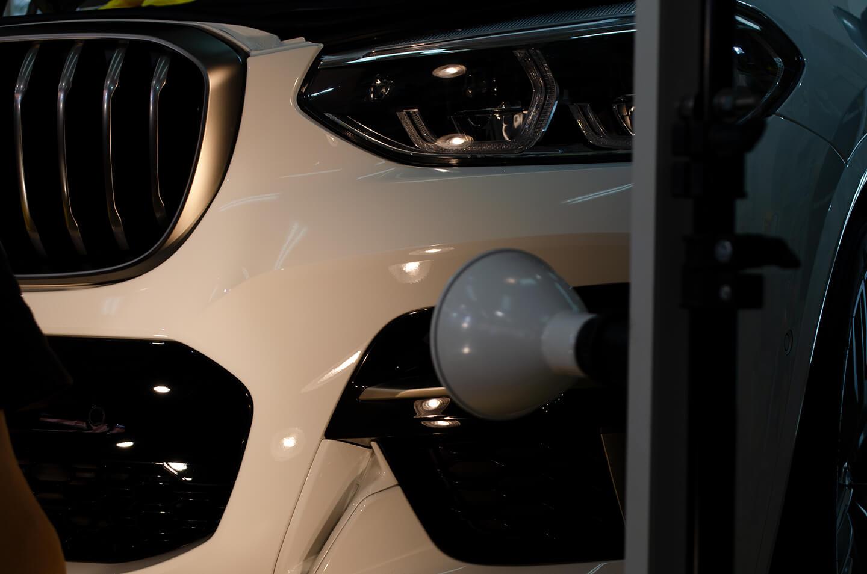 BMW X3 M40D (G01) アルピン・ホワイトにKUBEBOND DIAMOND9H ナノセラミックコーティングを施工しているところ