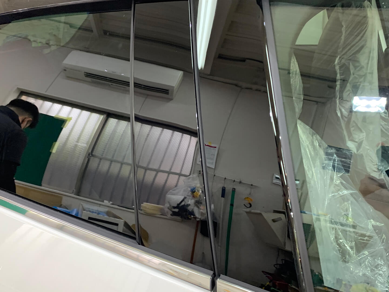 プロテクションフィルムを施工したMAZDA CX-30 スノーフレイクホワイトパールマイカのピラー