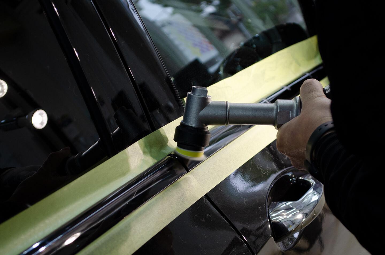 メルセデス AMG E43 W213のモールを磨いているところ