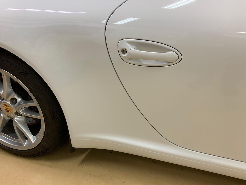 鈑金塗装前のPorsche 911 Carrera (type997)