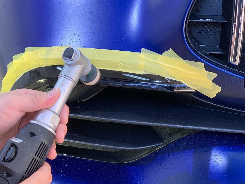 Mercedes-AMG GT53 4-Door ブリリアントブルーマグノを研磨しているところ