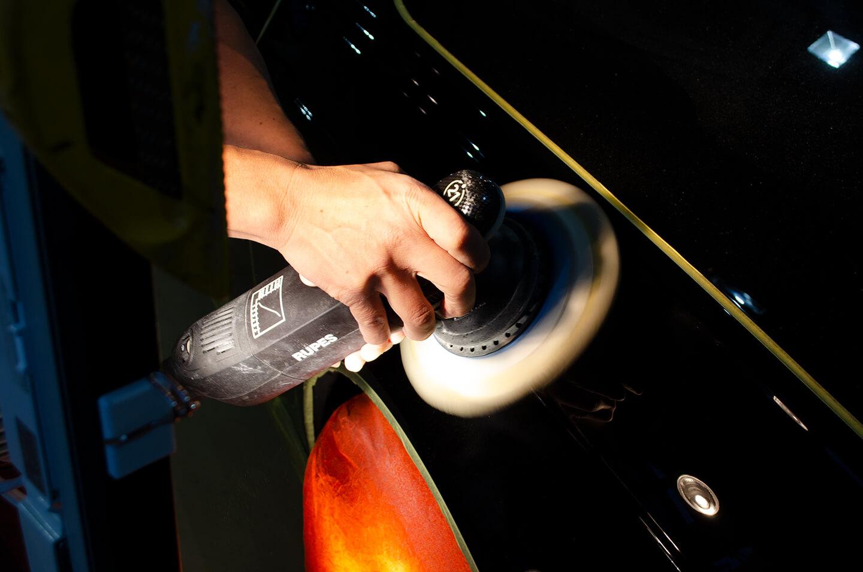 トヨタ センチュリー 神威エターナルブラック(225)を研磨しているところ