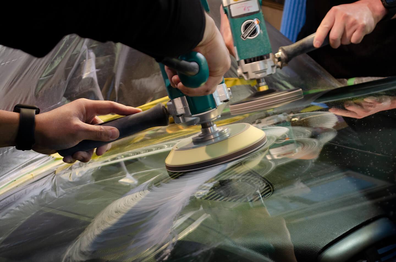 シボレー コルベットのフロントガラスを磨いているところ