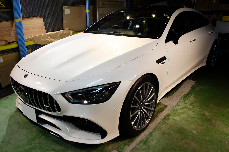 ドアミラー、ウインドウモール、サイドリップ、フロントリップにラッピングフィルムを施工したMercedes-AMG GT43 ダイアモンドホワイト