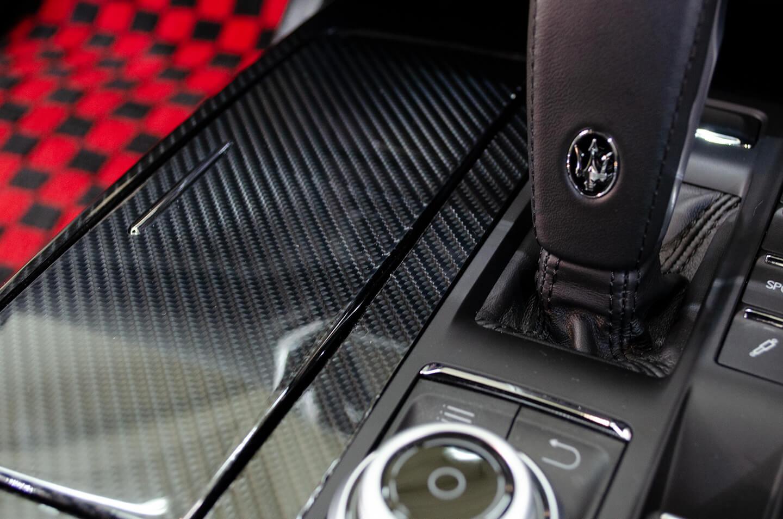カーボンプロテクションフィルム STEK社 DYNO blackcarbon:glossを施工したマセラティ ギブリのセンターコンソール