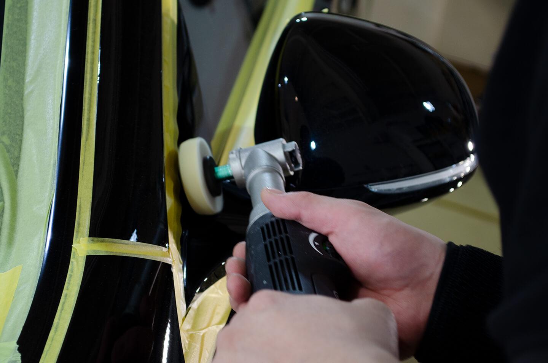 Mercedes-Benz S500 4MATIC long First Edition (AMGラインベース) (W223)のドアミラーを研磨しているところ