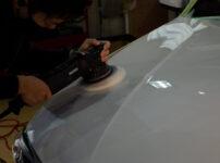 BMW 320d G21 アルピンホワイトのボンネットを磨いているところ