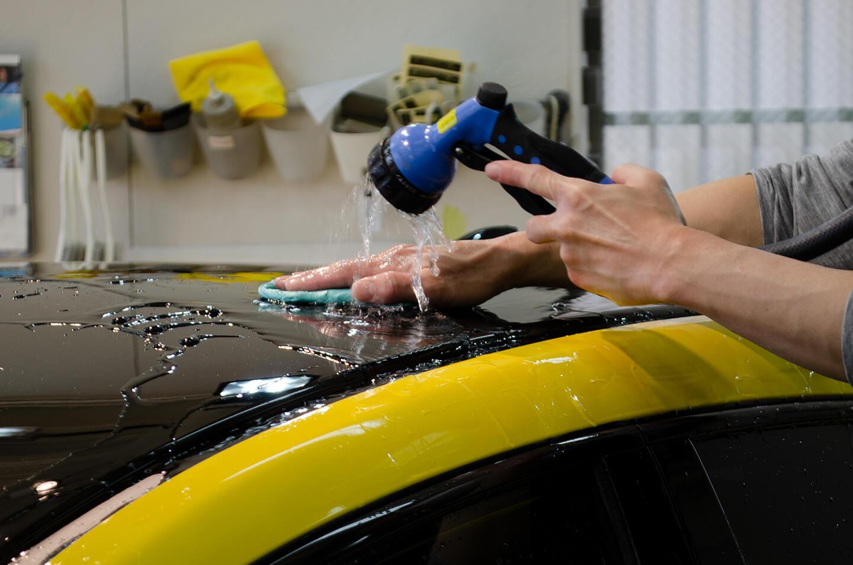 シビック タイプ R リミテッドエディションの鉄粉汚れを粘土でとっているところ