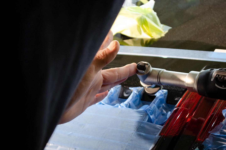 ポルシェ 992 カレラ Sのエンジンフードを研磨しているところ