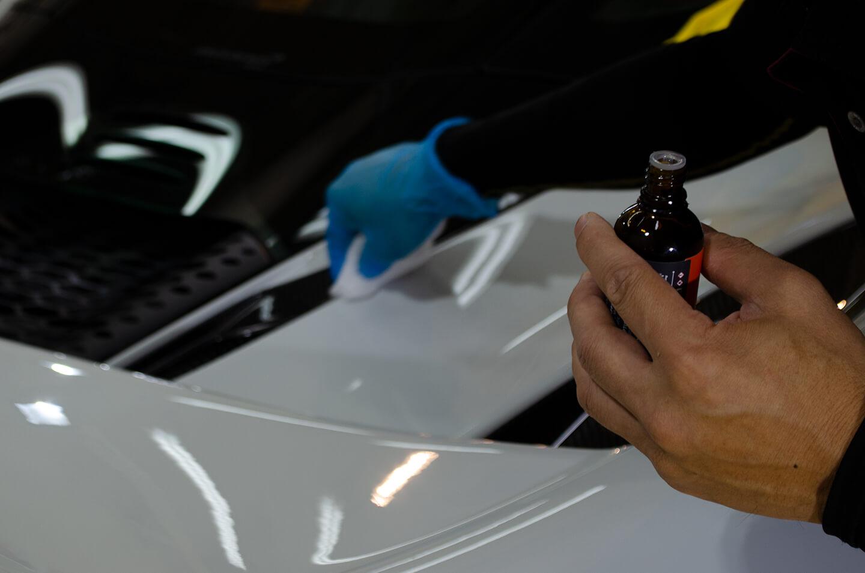 マクラーレン 765LTにコーティングを塗り込んでいるところ