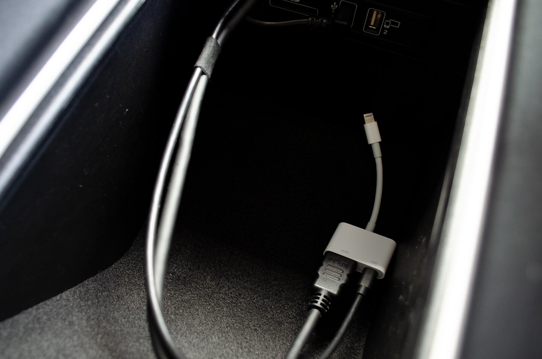 メルセデス G400dに施工したミラーリング用のHDMIケーブル、ライトニングケーブル
